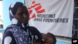 國際醫療救援機構無國界醫生已經暫停在當地施打痲疹疫苗的活動。圖為該機構之前在摩加迪沙為嬰兒注射痲疹疫苗。(資料圖片)