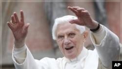 星期五教宗本篤十六世在德國向民眾揮手