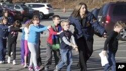 2012年12月14日,枪击案发生后,康州警察把孩子们带出桑迪.胡克小学(照片由Newtown Bee提供)