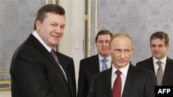 Президент Украины Виктор Янукович (слева) и премьер-министр России Владимир Путин. Киев. 27 октября 2010 года