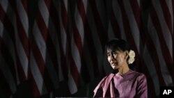 La líder birmana Aung San Suu Kyi habla en el Centro de Convenciones de Los Ángeles, el martes 2 de octubre de 2012.