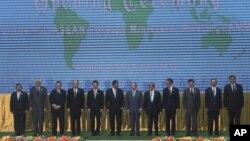 Các bộ trưởng Ngoại giao trong lễ khai mạc Hội nghị Thượng đỉnh lần thứ 45 tại Phnom Penh 09/07/2012.