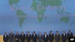 Para Menlu ASEAN berpose bersama dalam pertemuan di Phnom Penh, Kamboja (9/7).