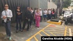 Избиратели ждут в очереди для участия в проводимом венесуэльской оппозицией референдуме. Каракас, Венесуэла