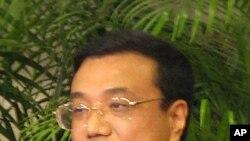 中國副總理李克強在香港宣佈外國投資者可以購買人民幣證券。