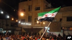 敘利亞反政府抗議者星期四在南部的德拉省達勒市舉行示威