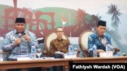 Ali Taher, Ketua Komisi VIII Bidang Agama dan Kebudayaan Dewan Perwakilan Rakya(kiri),Direktur Eksekutif Indonesia Political Review (IPR) Dr Ujang Komarudin(tengah) dan Sekretaris Fatwa Majelis Ulama Indonesia (MUI) Asrorun Niam(kiri) dalam diskusi soal dana haji di Jakarta. (VOA/Fathiyah)
