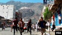 Bentrokan terus berlangsung di kota Taiz dan Zinjibar, sementara ibukota Sana'a digoncang ledakan hebat.