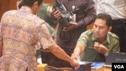 Sidik jari dan pengambilan gambar retina mata adalah salah satu syarat utama pembuatan e-KTP di Indonesia (Foto: dok).