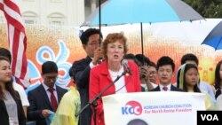 수전 숄티 북한자유연합 대표가 15일 미국 워싱턴의 의회 서편 잔디밭에서 열린 북한 인권 집회에서 연설하고 있다.