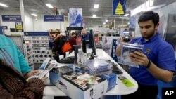 Los estadounidenses gastaron menos en diciembre, prefiriendo ahorrar más de sus ingresos.