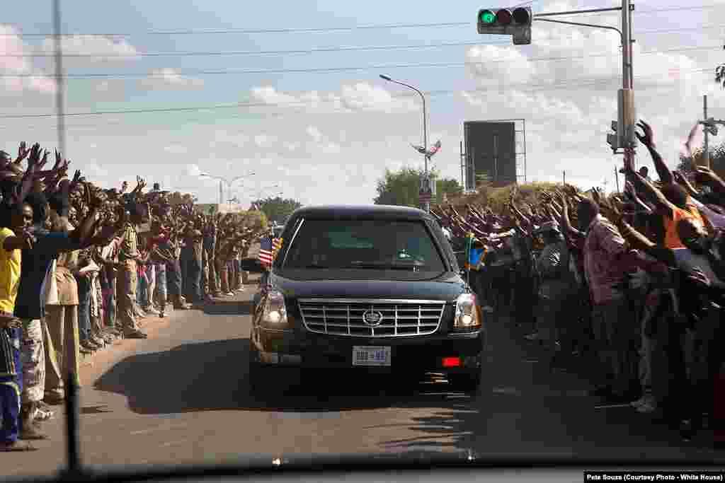 Des centaines de Tanzaniens attendent le passage du président américain à Dar es Salaam, le 1er juillet 2013.