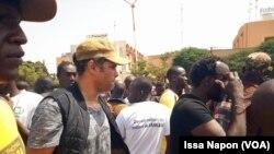 En images : manifestation spontanée des Burkinabè contre la libération du général Bassolé