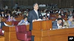 وزیراعظم گیلانی پاکستانی پارلیمان میں خطاب کررہے ہیں