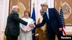 Главы МИД Ирана Джавад Зариф и европейской дипломатии Кэтрин Эштон, руководитель МИД Омана Юссеф бин Алави и госсекретарь США Джон Керри. Маскат, Оман. 9 ноября 2014 г.