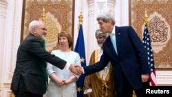 Rukovanje Džona Kerija i Džavada Zarifa u prisustvu Ketrin Ešton i šefa diplomatije Omana Jusefa bin Alavija u glavnom gradu te zemlje Muskatu