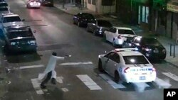 Hình ảnh từ video giám sát cho thấy hung thủ đến gần xe của cảnh sát viên Jesse Hartnett, đi thẳng tới cửa xe của người cảnh sát và bỏ chạy không lâu sau đó.