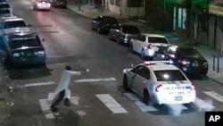 Tersangka Edward Archer (kiri) menembaki seorang polisi di Philadelphia, Kamis malam (7/1).