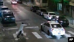 Foto dari rekaman video menunjukkan seorang pria pendukung ISIS yang menyerang polisi di Philadelphia, Kamis (7/1) malam.