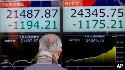 Seorang pria melihat indeks saham pada sebuah monitor di Tokyo, Jepang (foto: dok).