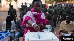 几内亚比绍选民排长队选举新总统和议会议员