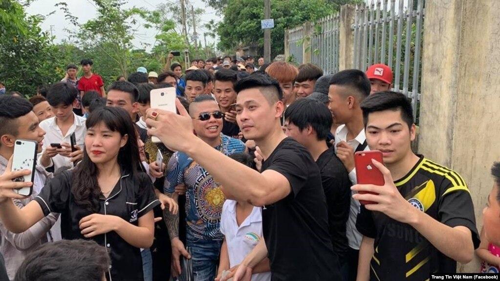 'Thánh chửi' Dương Minh Tuyền được người dân chào đón khi đến thăm gia đình học sinh bị hành hung ở trường tại Hưng Yên. (Facebook Trang Tin Việt Nam)