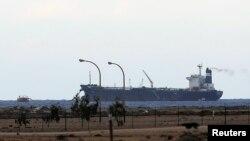 在利比亞反叛武裝佔領的港口﹐一艘掛北韓旗幟的裝上原油的油輪。(3月8日資料照片)