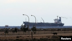 지난 8일 리비아 동부의 주요 항구 에스시드라에 북한 인공기를 게양한 유조선 `모닝 글로리' 호가 정박해 있다.