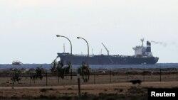 El barco 'Morning Glory' es visto en la terminal de exportaciones del puerto de Es Sider, en Ras Lanuf, Libia, el pasado 8 de marzo.