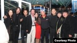 Ông Đỗ Vẫn Trọn (thứ 4 từ trái qua) cùng các anh chị em nghệ sĩ tham gia vào sự kiện Hội Ngộ Trùng Dương.