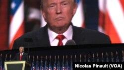 Donald Trump, candidat nominé du parti républicain pour la présidentielle d'octobre prochain, prononce son discours lors de la convention républicaine à Cleveland, Ohio, 21 juillet 2016. (VOA/Nicolas Pinault).