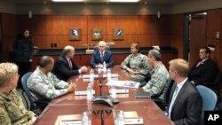 El vicepresidente Mike Pence habló con la prensa antes de recibir un informe sobre misiles de defensa junto al gobernador de Alaska, Bill Walker y la general Lori J. Robinson, jefa del Comando Norte de EE.UU. y del Comando de Defensa Aeroespacial de Norte América.