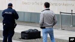 Cảnh sát chụp hình vali trước tòa đại sứ Mỹ ở Berlin, Đức, ngày 11 tháng 3, 2016.
