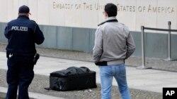 Oficiales de la policía inspeccionaron una valija dejada frente a la embajada de Estados Unidos en Berlín, que un hombre dijo que contenía una bomba.