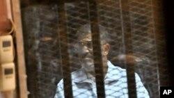 محمد مرسی رئیس جمهوری مخلوع مصر در قفس شیشه ای و فلزی، ضد گلوله و ضدصدا