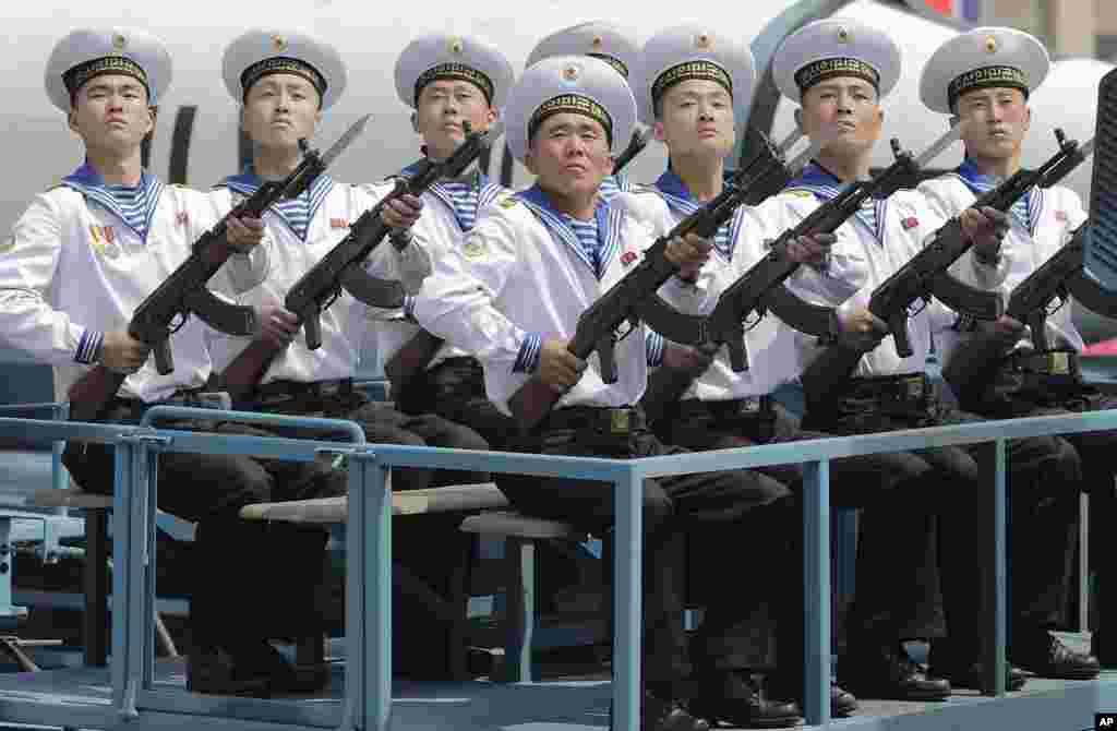 平壤金日成廣場4月15日的閱兵式上展示的一枚潛射彈道導彈前面,坐著海軍軍人