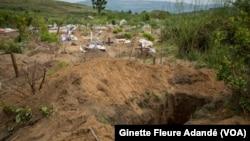 Fosse commune dans laquelle des cadavres non réclamés ont été enterrés, au Bénin, le 18 octobre 2017. (VOA/Ginette Fleure Adandé)