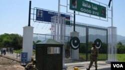 June-20- Pakistan army soldiers paint checkpost near LOC crossing gate before the start of second bus service on tuesday.