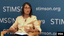 អ្នកស្រី Sumona Guha អនុប្រធានក្រុមហ៊ុន Albright Stonebridge Group ចូលរួមក្នុងកិច្ចពិភាក្សាមួយស្តីពី «ការចូលរួមរបស់សហរដ្ឋអាមេរិកលើហេដ្ឋារចនាសម្ព័ន្ធនិងអភិវឌ្ឍន៍ក្នុងតំបន់ឥណ្ឌូប៉ាស៊ីហ្វិក» ដែលធ្វើឡើងនៅមជ្ឈមណ្ឌល Stimson ក្នុងរដ្ឋធានីវ៉ាស៊ីនតោន ថ្ងៃទី៦ ខែកញ្ញា ឆ្នាំ២០១៨។ (ចាប ចិត្រា/VOA)