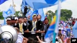 星期五柬埔寨反對黨領袖桑蘭西返回柬埔寨﹐受到數千名支持者歡迎。