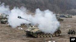 在3月13日的一次軍演中﹐韓國坦克進行砲彈射擊演習。