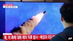 Người dân xem hình ảnh phóng tên lửa của Triều Tiên trên một màn hình TV ở ga tầu điện ngầm ở Seoul, Hàn Quốc, hôm 10/9.