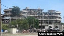 Grande Hotel da Beira alberga quatro mil pessoas e ameaça desabar. Beira, Moçambique, 30 Novembro 2015