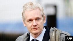 WikiLeaks'in sahibi Assange, İngiltere'de bir süre hapis yattıktan sonra kefaletle serbest bırakıldı. Assange, tecavüz suçundan arandığı İsveç'e iade edilmemek için hukuk mücadelesi veriyor