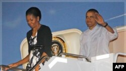 Başkan ve eşi Michelle Obama Honolulu'da Hickam Hava Kuvvetleri üssünde