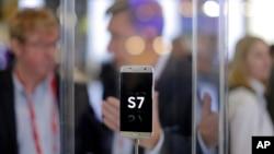 지난 23일 스페인 바르셀로나 시에서 열린 세계 최대 규모의 정보통신 산업 전시회인 '모바일 월드 콩그레스(Mobile World Congress )'에 삼선전자의 갤러시 S7 모델이 전시되어 있다. (자료사진)