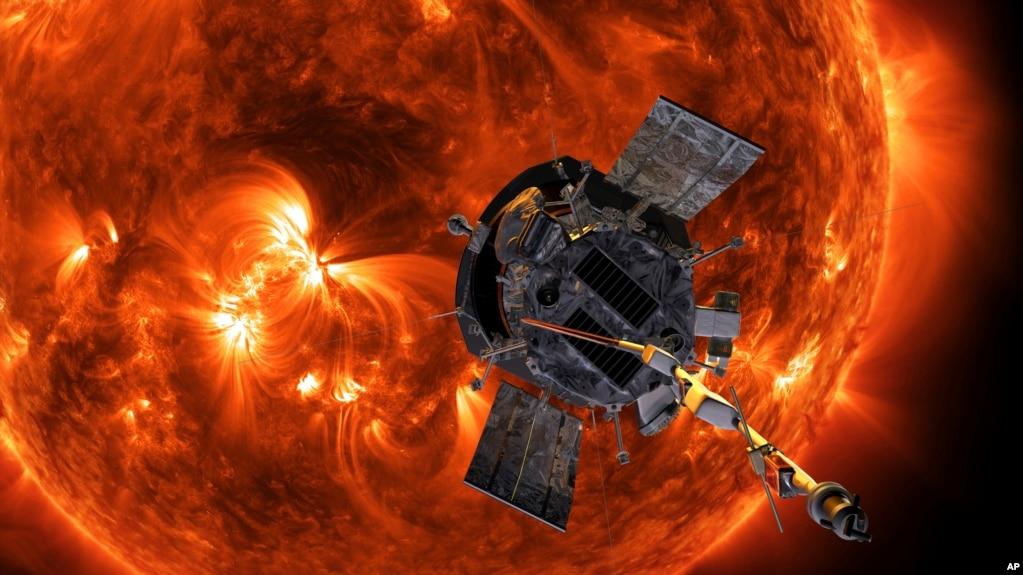 Esta imagen proporcionada por la NASA muestra la representación de un artista de la sonda solar Parker acercándose al sol. (Steve Gribben/johns Hopkins APL/NASA via AP).