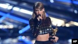 Taylor Swift entregó el premio video de vanguardia a Kanye West en los MTV Video Music Awards, en Los Angeles, el 30 de agosto de 2015.