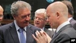 유럽연합은 22일 정례회의에서 헤즈볼라를 테러단체로 지정했다. 사진은 회의장에서 대화를 나누는 윌리엄 헤이그 영국 외무장관(오른쪽)과 장 아셀보른 룩셈부르크 외무장관.