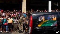 曼德拉家乡民众欢迎曼德拉的灵柩归来。